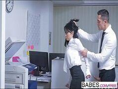 Comendo a secretaria morena do cabelo curtinho que tem rostinho de putinha