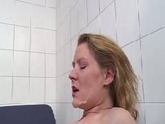 Comendo mais um cu bem gostoso desse coroa safada que foi internada no hospício