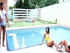 Conhecendo as safadas na beira da piscina