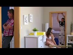 Corno leva o amigo para sua casa e ele traça sua mulher