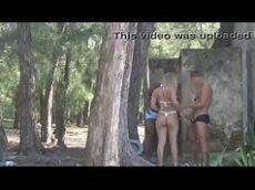 Corno oferece esposa para desconhecidos na praia