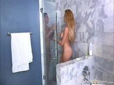 Cunhada safada dando pro cunhado no chuveiro
