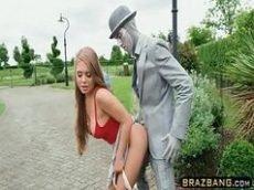 Dando para o homem estatua no meio da rua