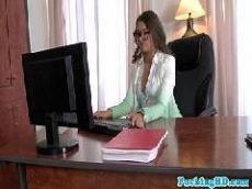 Executiva muito gostosa que adora um sexo dentro de seu escritório