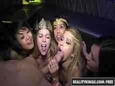 Festinha com as novinhas pervertidas por rola na boca