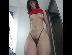 Gostosa e muito rabuda de calcinha na frente da webcam