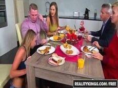 Jantar do barulho com muito putaria debaixo da mesa