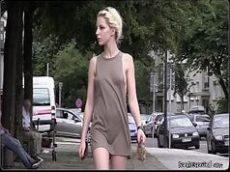 Loira gostosa dando um passeio pela rua antes de entrar na pica