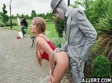 Loira gostosa provocando o homem estatua