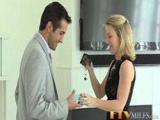 Loira provocando seu marido na cozinha para levar ela pro quarto