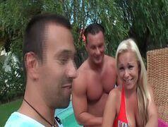Loira putona mamando em frente a piscina