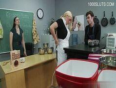 Loira safada daquelas peitudas seduzindo seu chefe de cozinha