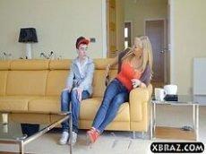 Loira safada seduzindo seu sobrinho no meio da sala