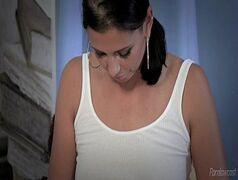 Morena com o nome de Anita se masturbando na poltrona e depois em cima da cama