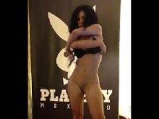 Morena da playboy dançando de calcinha e sutiã