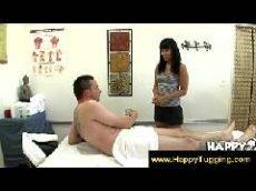 Morena de franjinha curta é uma bela massagista