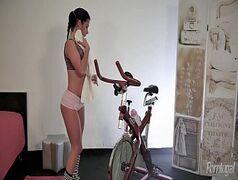 Peituda andando de bike toda peladinha
