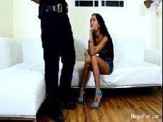 Morena magrinha esperando seu namorado resolver se vai come-la ou não