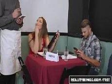 Morena safada transando com o garçom no banheiro do restaurante