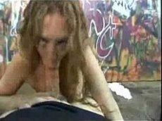 Mostrando para a descabelada o pau e colocando ela para mamar com tudo