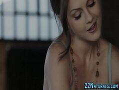Mulher toda peladinha dando para seu massagista