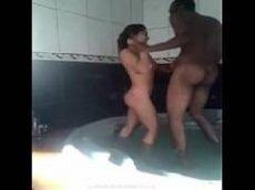 Mulher trepando com o negão dotado dentro da banheira