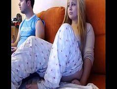 Namorado da loirinha deixa ela mostrar a pepeca na frente da webcam