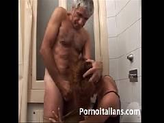 Novinha da Itália chupando a rola do vovô em porno incesto