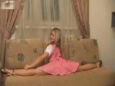 Novinha da Rússia com rostinho de boneca fazendo poses bem sensuais
