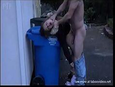 Novinha dando na frente da lixeira