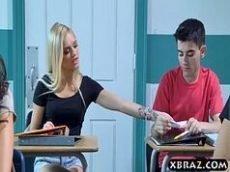 Novinha fode a professora e a amiga de classe