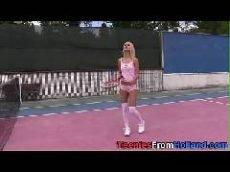 Novinha foi jogar uma partidinha de tênis na quadra