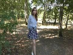 Novinha foi passear no bosque e começou a mostrar os peitinhos gostosos la