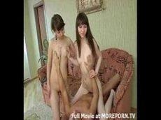 Novinha fudendo com sua amiga em cima da poltrona em sexo grupal