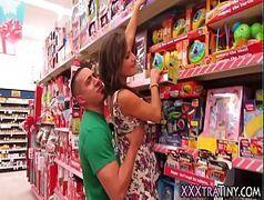 Novinha gostosa foi fazer compras no supermercado e foi seduzida
