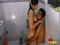 Novinha indiana trepando no banheiro com seu amorzinho