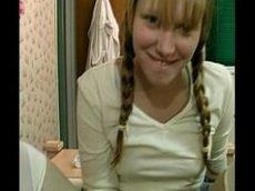 Novinha loirinha e de franjinha com rostinho angelical