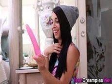 Novinha mostra como enfiar  um consolo grande na bucetinha