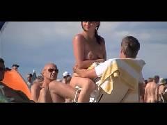 Otário leva a esposa gostosa na praia de nudismo só de machos