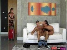 Pegando a filhinha transando com o namorado no meio da sala