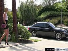 Pegando a loira na porta de casa para ela mamar na rola dentro do carro
