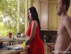 Peituda de vestido vermelho fingindo ser empregada