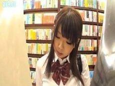 Peituda japonesa dando na biblioteca da escola