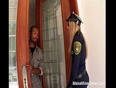 Policial gostosa da porra foi chamada para solucionar um crime