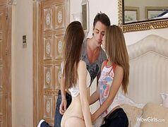 Porno de qualidade sortudo indo para a cama com duas novinhas