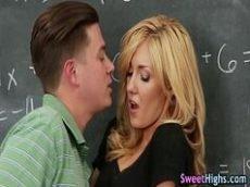 Professora muito fogosa dando em cima de seu aluno