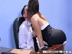 Rabuda dando para seu chefe no escritório