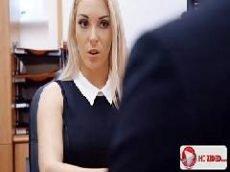 Secretária loira muito gostosa indo pro motel com o chefe