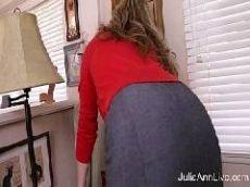 Secretária muito gostosa de saia enfiando um consolo na buceta