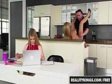 Sexo na cozinha com a loira gostosa